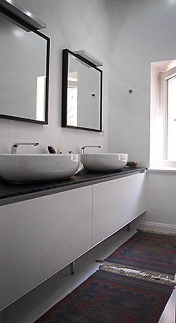 Mobile bagno con lavabi in appoggio.