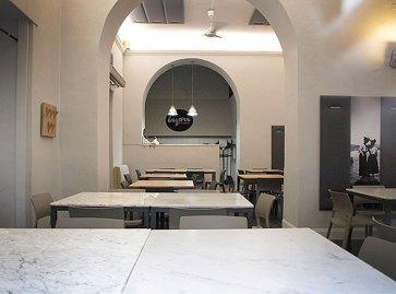 Tavoli con piano in marmo.