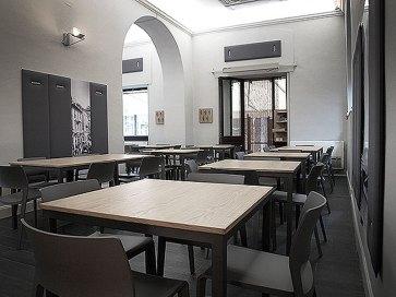 Tavoli e sedie locali pubblici.