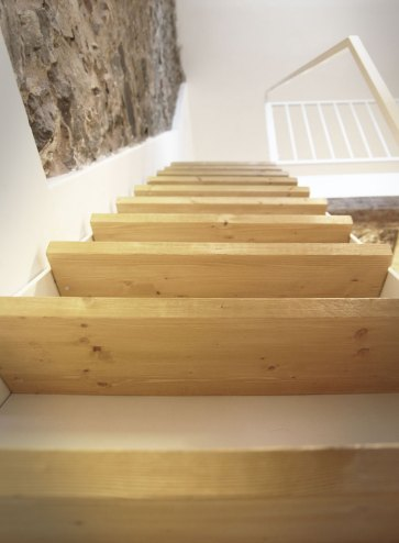 Scala interna in legno.