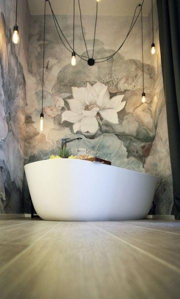 Vasca da bagno. Tappezzeria decorata.