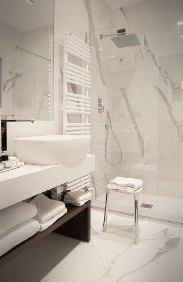 Bagno con rivestimento in marmo bianco Carrara.