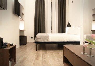 Arredamento moderno per camera letto.