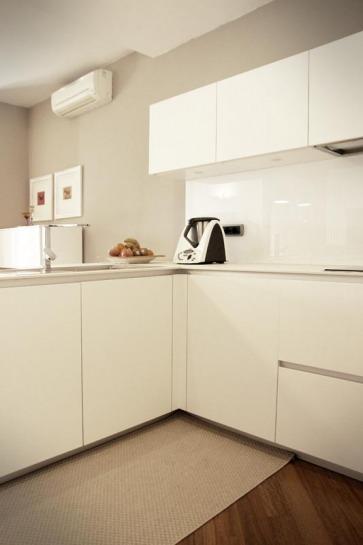 Cucina bianca con gola Arrital. Top in Laminam calce.