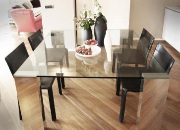 Zona pranzo con Tavolo cristallo quadrato