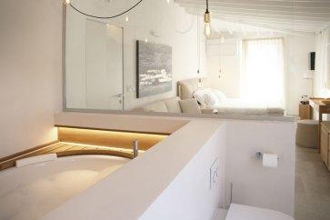 Camera matrimoniale con vasca idromassaggio.