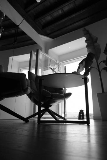 Poltrone moderne B&B Italia. Tavolino Lema Mobili.
