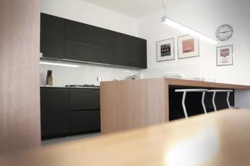 Cucina nera in laminato Fenix.