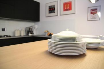 Cucina con top in ceramico e snack in rovere.