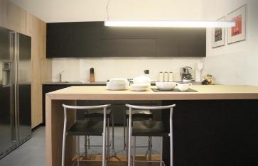 Cucina nera con colonne rovere anticato.