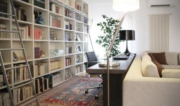 Libreria a parete laccata.