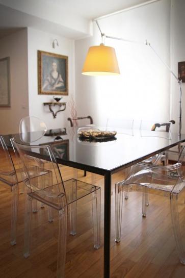 Tavolo in cristallo verniciato nero.
