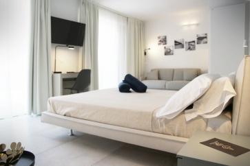 Camera con letto matrimoniale.