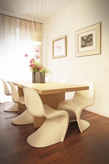 Tavolo Legno con  sedie Vitra.