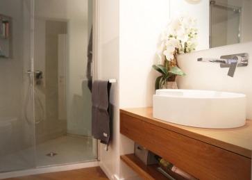 Mobile bagno in legno.