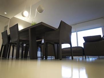 Tavolo in legno sedie in cuoio.