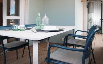 Tavolo e sedie per esterno Kettal.