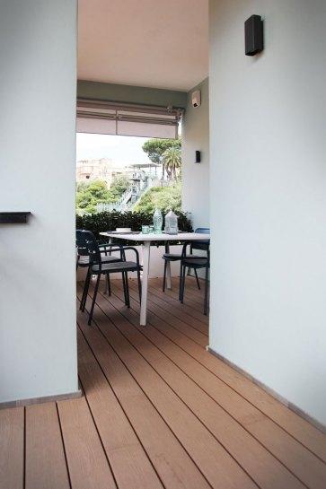 Terrazzo arredato con Kettal.
