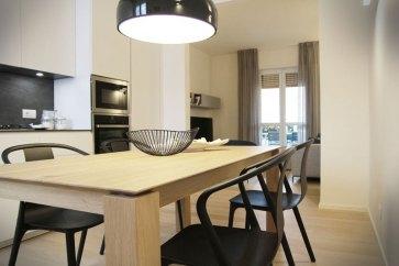Zona pranzo con tavolo in legno Rovere.